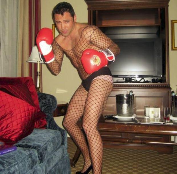 Em 2007, ele posou de sapatos de salto alto, meia arrastão e lingerie. (Foto: Reprodução)