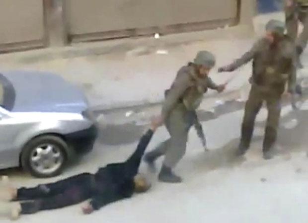 Cinegrafista amador flagrou guardas sírios arrastando um corpo após conflitos em Damasco nesta sexta (11) (Foto: AP/Sham News Network via APTN)