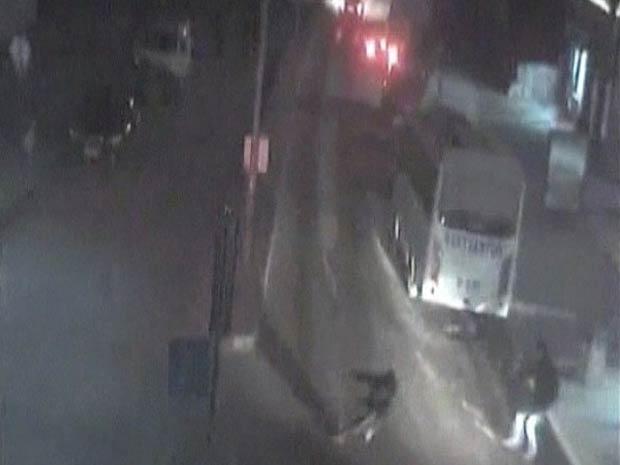 Câmera de segurança registra momento de terremoto na Turquia (Foto: BBC)