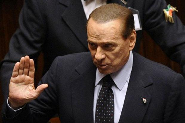 Silvio Berlusconi acena durante sessão no Parlamento italiano neste sábado (12) (Foto: AFP)