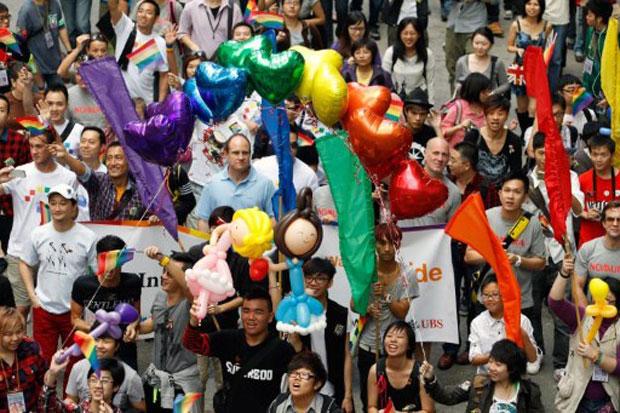 Mais de 2 mil apoiadores da comunidade lésbica, gay, bissexual e transgênero foram às ruas de Hong Kong neste sábado (12) para participar de uma parada do orgulho gay. (Foto: Dale de la Rey/AFP)