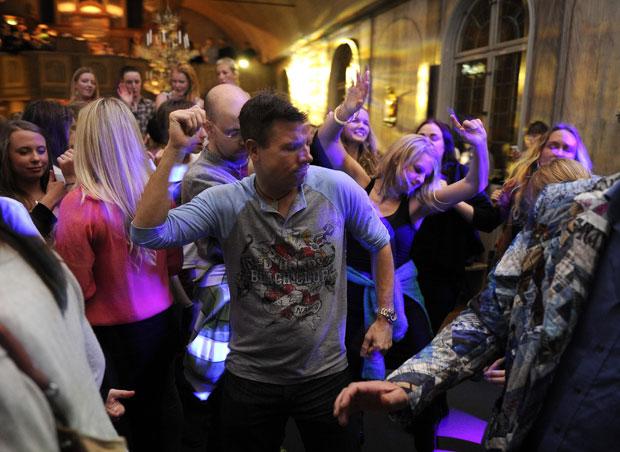 Fiéis dançam durante reunião religiosa realizada na última sexta (11) em Estocolmo. (Foto: Reuters/Ander Wiklund/Scanpix)
