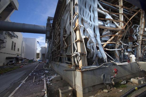 Edifício abalado pelo tsunami é visto na planta de Fukushima Daiichi (Foto: David Guttenfelder/Reuters)
