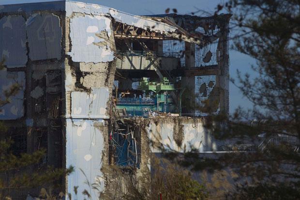 Eles se depararam com um cenário de devastação, com veículos e edifícios destruídos e escombros ainda intocados desde a onda gigante que atingiu o local oito meses atrás. (Foto: David Guttenfelder/Reuters)