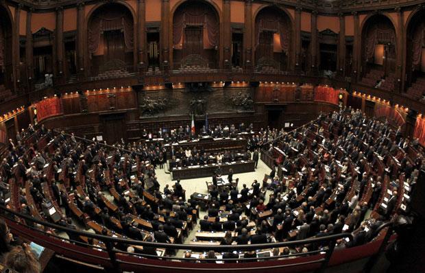 Parlamentares debatem no plenário italiano em Roma neste sábado (12) (Foto: Reuters)