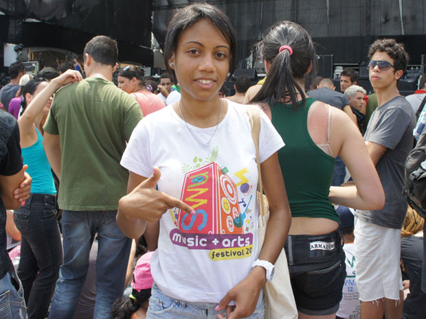 Heloísa Honório, 18 anos, vendeu seu lugar na grade do palco Energia para outro fã do Black Eyed Peas, neste sábado (12) (Foto: Glauco Araújo/G1)