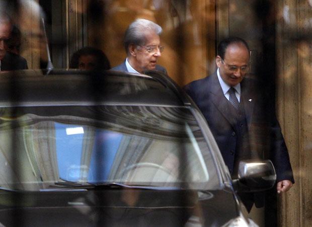 Mario Monti é visto chegando a palácio governamental em Roma para reunião com Berlusconi neste sábado (12) (Foto: Pier Paolo Cito/AP)