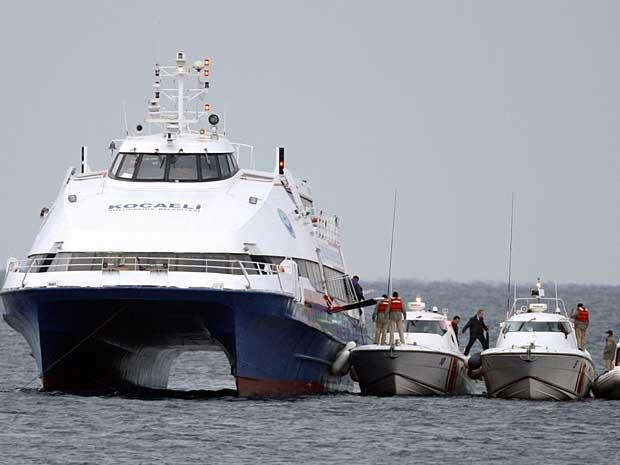 Passageiros desembarcam do 'Kartepe', após agentes materem sequestrador. (Foto: Osman Orsal / Reuters)