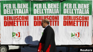 Cartazes na Itália afirmam que a renúncia de Berlusconi é 'pelo bem da Itália' (Foto: Reuters)
