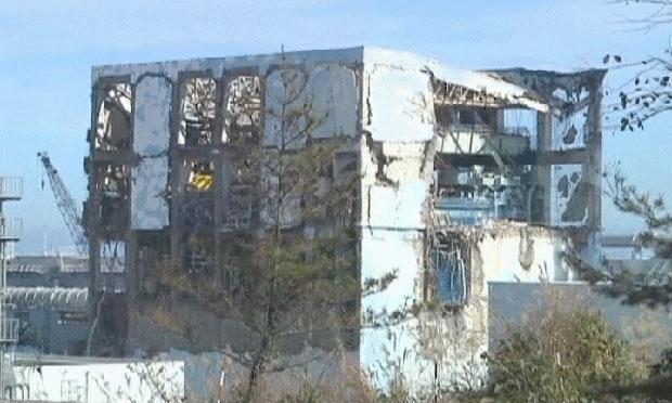 Prédio destruído é visto em Fukushima (Foto: BBC)