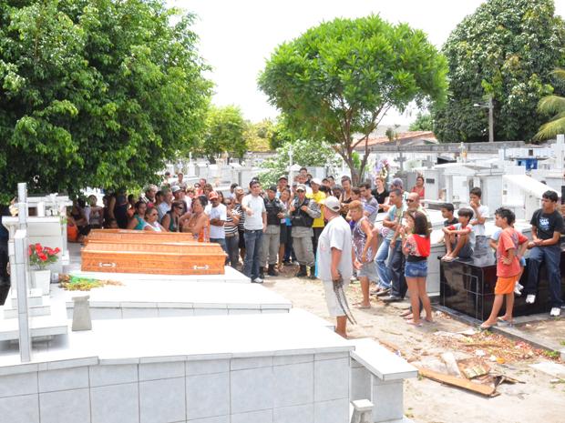 Corpos das meninas foram enterrados no Cemitério do Cristo, em João Pessoa (Foto: Walter Paparazzo/G1)