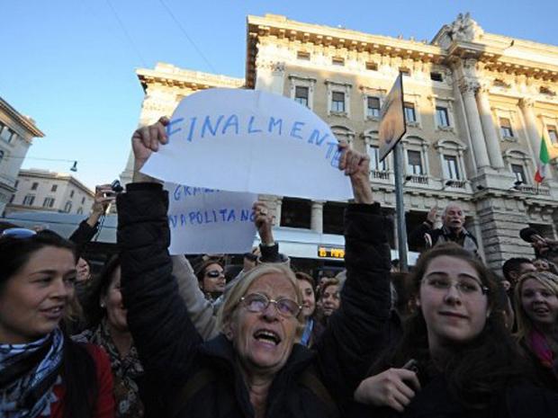 Manifestantes protestam em frente ao Palácio à espera da renúncia de Berlusconi (Foto: Gabriel Bouys / AFP Photo)