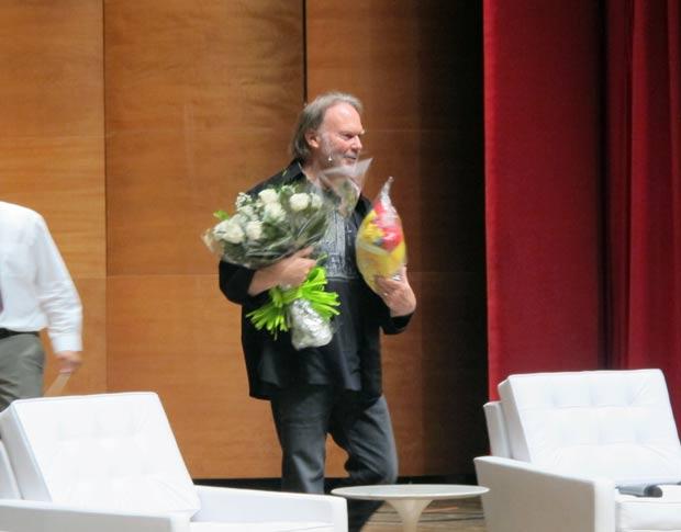 Neil Young fala no Teatro Municipal de Paulínia, neste saábado (12). (Foto: Eduardo Carvalho/G1)