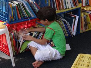 Criança lendo na Fliporto (Foto: Katherine Coutinho/G1 PE)