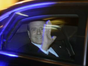Berlusconi deixa sua residência rumo ao Palácio de Quirinal para apresentar sua renúncia. (Foto: Filippo Monteforte / AFP Photo)