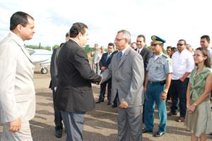 Foto do ministro Carlos Lupi em viagem pelo Maranhão em 2009 divulgada pelo ministério; ao fundo, um avião de pequeno porte que teria sido usado em deslocamento dentro do estado (Foto: Divulgação)
