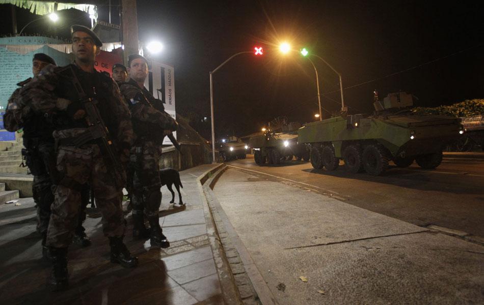 Oficiais aguardam início da operação enquanto blindados seguem para a ocupação da Rocinha
