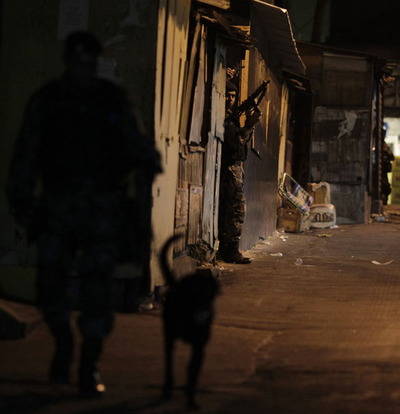 Policiais patrulham a favela do Vidigal