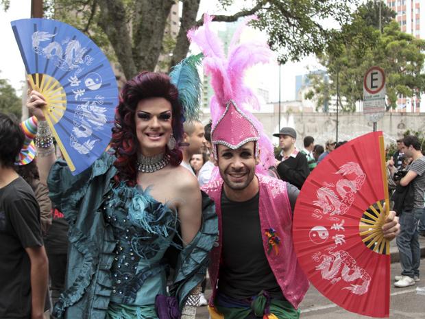 A 14ª edição da Parada LGBT (lésbicas, gays, bissexuais, travestis e transexuais) acontece na tarde deste domingo (13) nas ruas de Curitiba, no Paraná. (Foto: Joka Madruga / Agência Estado)