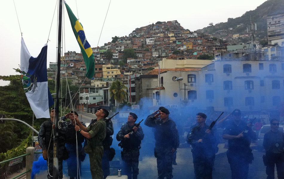 Bandeiras do Brasil e do Rio de Janeiro são hasteadas
