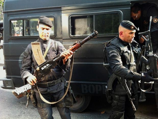 Uma metralhadora antiaérea, com poder para derrubar helicópteros, foi apreendida pelo Bope (Foto: Paulo Pizza/G1)