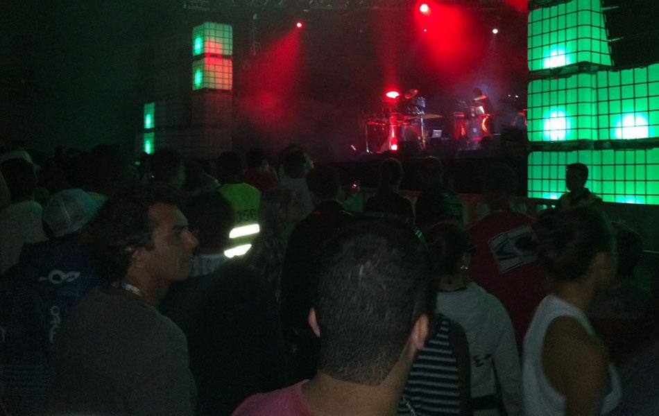 Público encheu a tenda de música eletrônica no início deste domingo