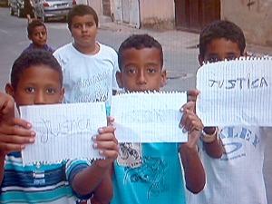 Mãe e vizinhos de jovem morto com facada em terminal de ônibus quer justiça, no ES (Foto: Reprodução/TV Gazeta)