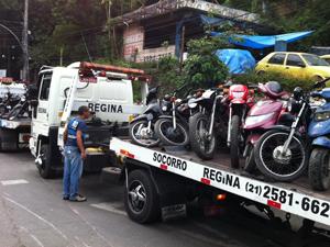 Motos apreendidas na operação Força de Paz na Rocinha (Foto: Rodrigo Vianna/G1)