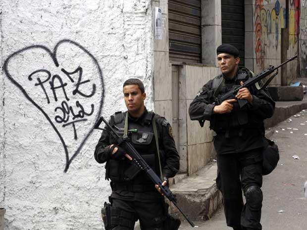 Policiais do Bope durante operação na favela na tarde deste domingo (Foto: Domingos Peixoto / Agência O Globo )