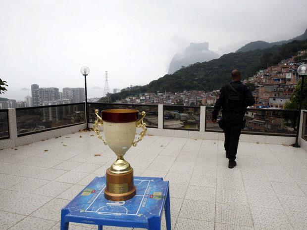 Trófeu encontrado na casa do Nem (Foto: Domingos Peixoto / Agência O Globo)