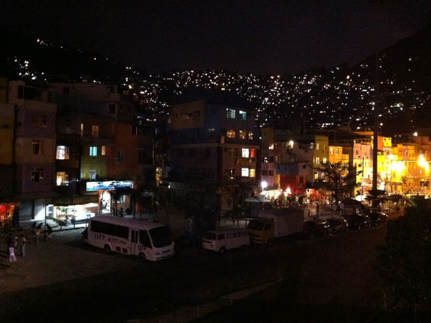 Visão da Favela da Rocinha na noite deste domingo, após ocupação (Foto: Rodrigo Vinna/G1)