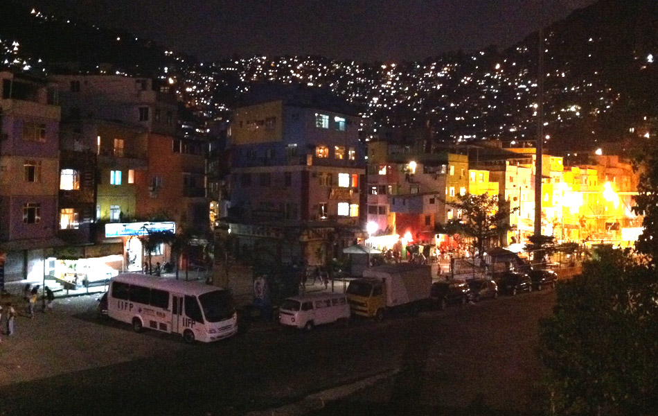Vista da Rocinha neste domingo à noite; movimentação era tranquila por volta das 20h