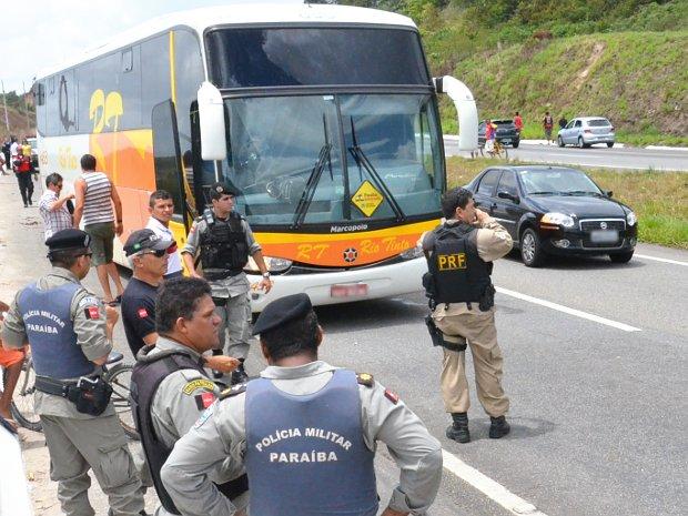 Policiais fazem cerco e param ônibus tomado em sequestro na BR-230 (Foto: Walter Paparazzo/G1 PB)