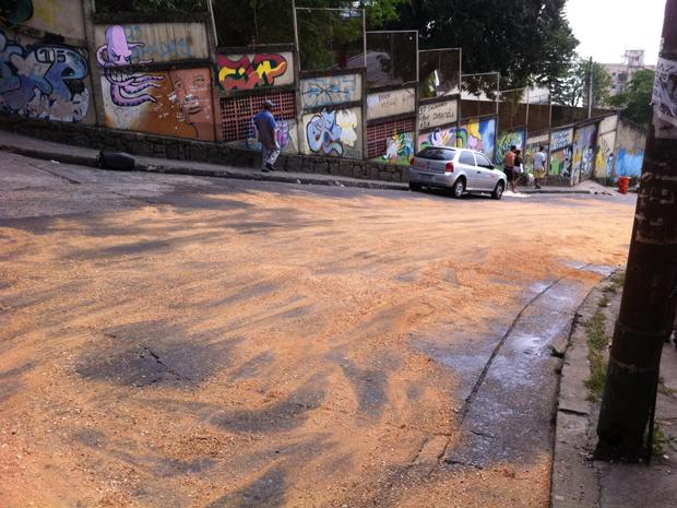 Para facilitar a passagem de veículos no acesso ao Vidigal, a Policia jogou serragem no asfalto. Antes, as ruas estavam tomadas de óleo, o que tornava a pista escorregadia.  (Foto: G1)