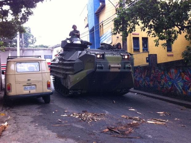 Tanque da Marinha é visto descendo em uma das ruas da comunidade  (Foto: Thamine Leta/G1)