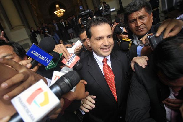 O vice-presidente Omar Chehade é cercado por repórteres, em imagem da semana passada (Foto: Reuters)