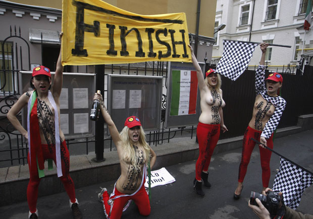 O Femen critica atitudes machistas de Berlusconi, que já foi acusado de pagar por serviços de uma garota de programa menor de idade e envolvido em outros escândalos sexuais. (Foto: Vladimir Sindeyev/Reuters)