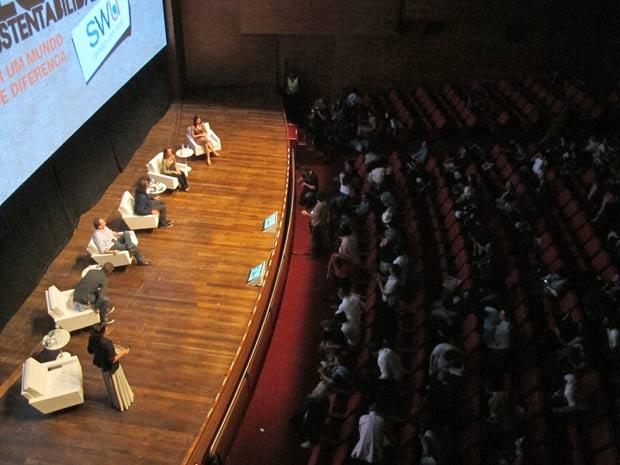 Debatedores do primeiro painel desta segunda-feira (14) do Fórum Global de Sustentabilidade do SWU interagiram com o público (Foto: Eduardo Carvalho/G1)