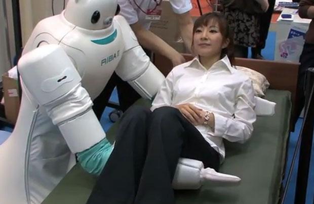 Robô carrega pacientes em hospital (Foto: Divulgação)
