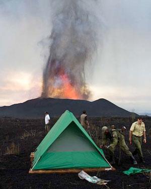 Barraca de acampamento é vista com vulcão ao fundo (Foto: Virunga NP)