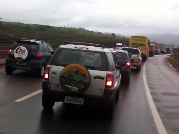 Após acidentes, motoristas enfrentam congestionamento no sentido BH-RJ da BR-040, na região Central de MG  (Foto: Isabela Scalabrini)