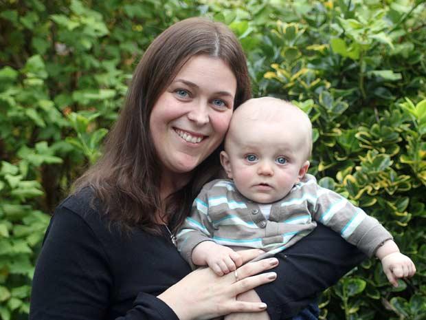 Sarah Best e o bebê Jake (Foto: SWNS)