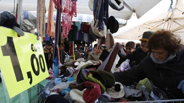 Italianos em liquidação nesta terça-feira (13) em Milão (Foto: AP)