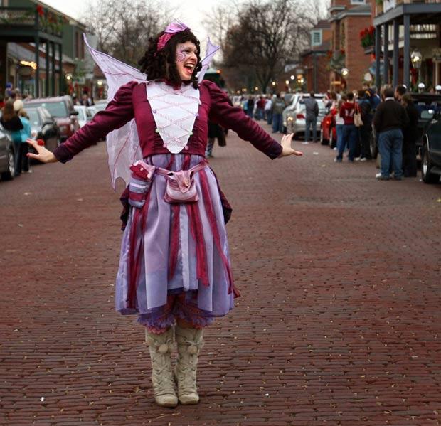 Laura Coppinger se vestia como a 'Fada Açucarada' em um festival natalino. (Foto: Robert Cohen/St. Louis Post-Dispatch/AP)