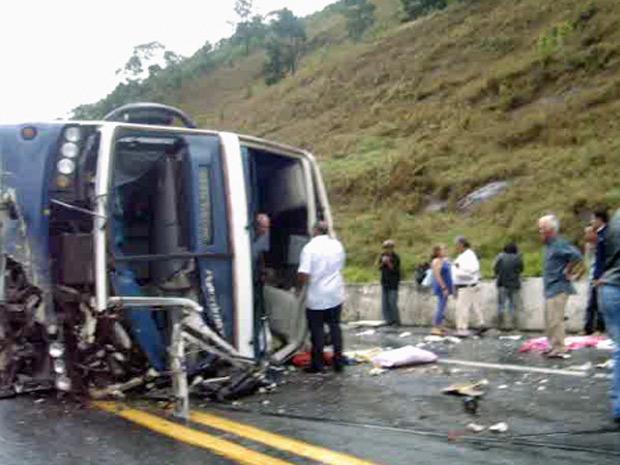 Ônibus tombou no km de rodovia de Pindamonhangaba na tarde desta terça-feira (15) (Foto: Reprodução/VNews)