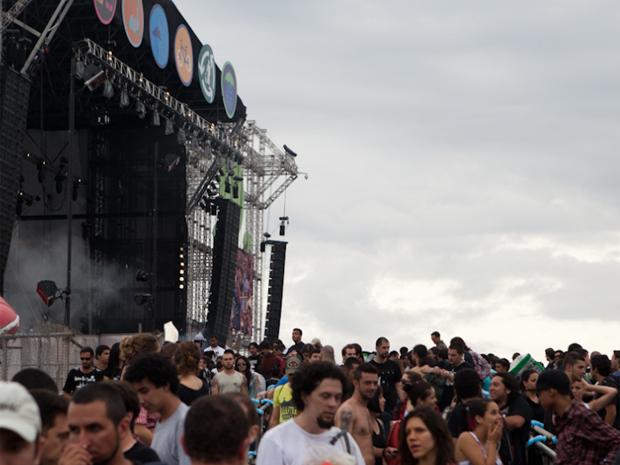 O terceiro dia da edição 2011 do SWU reuniu 70 mil pessoas no Parque Brasil 500, em Paulínia, no interior de São Paulo, segundo a organização do evento. A segunda-feira (14) foi marcada pela chuva. Na programação, destaque para Faith no More, Simple Plan, Ash e Raimundos. No primeiro dia de festival, no sábado (12), a organização informou que foram vendidos 64 mil ingressos. No domingo (13), foram 45 mil (Foto: Caio Kenji/G1)