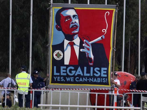 Ativistas pró-maconha parodiam comercial da campanha de Obama durante protesto em frente ao prédio do Parlamento, em Canberra, nesta quarta-feira (16) (Foto: Reuters)