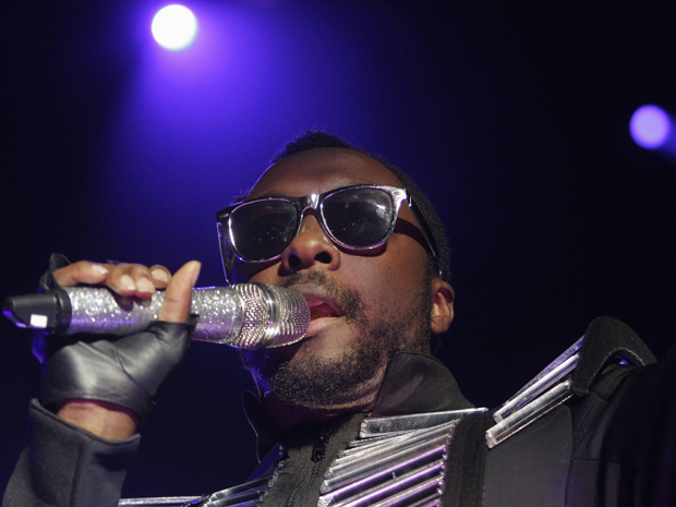 Will.i.am canta durante show do Black Eyed Peas no Jockey Club, Assun&#231;&#227;o, no Paraguai, na ter&#231;a-feira (15) (Foto: Jorge Adorno/Reuters)