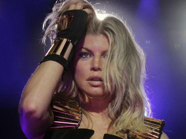 Fergie canta com o Black Eyed Peas no Jockey Club, em Assun&#231;&#227;o, no Paraguai, na ter&#231;a-feira (15) (Foto: Jorge Adorno/Reuters)
