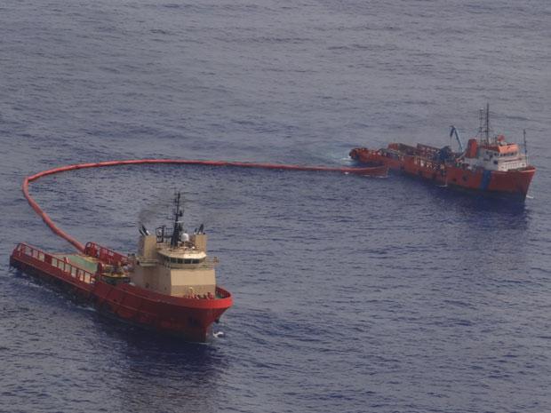 Barcos de apoio com barreiras de contenção atuam na área da mancha de óleo no campo Frade (Foto: Divulgação/Chevron Brasil Petróleo)